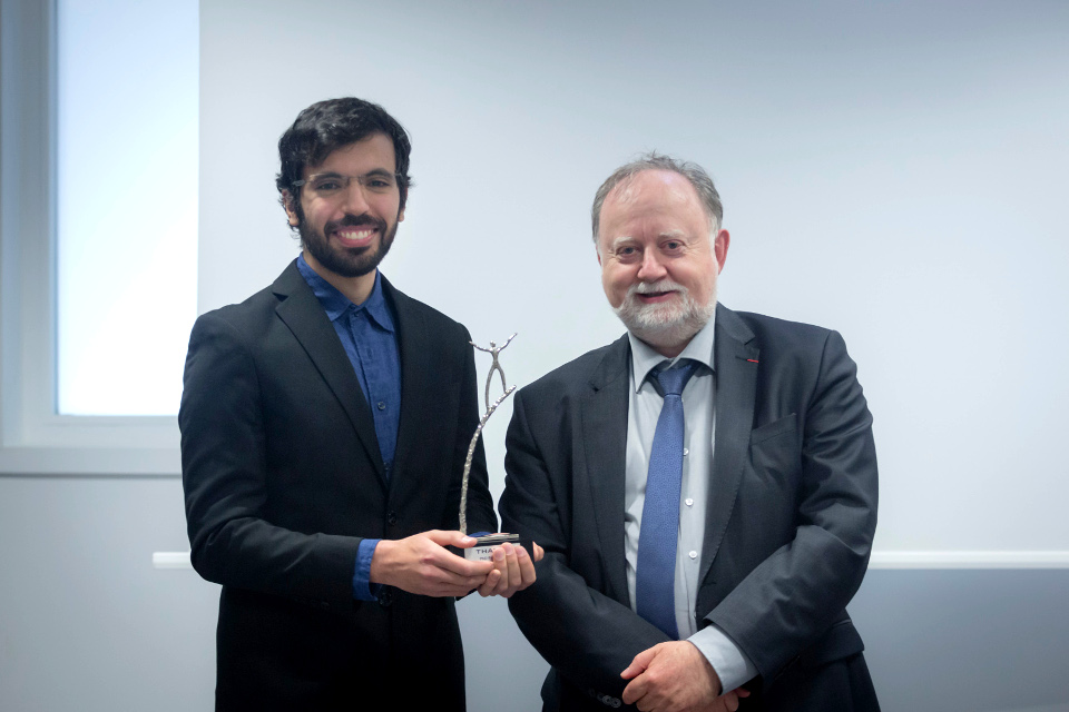 Remise du trophée Thales PhD Prize 2018 à Yann Briheche par Marko Erman, Directeur technique de Thales